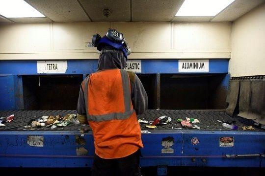 Un trabajador de reciclaje de envases de Panda Irish separa el material de desecho en las instalaciones de Dublín.Foto: Moya Nolan.